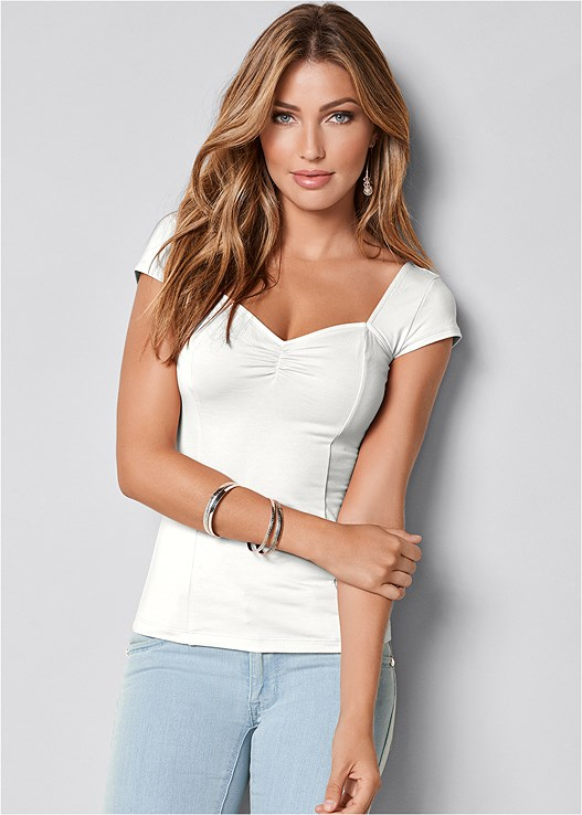 CAP SLEEVE BASIC TOP,COLOR SKINNY JEANS,HOOP DETAIL EARRINGS