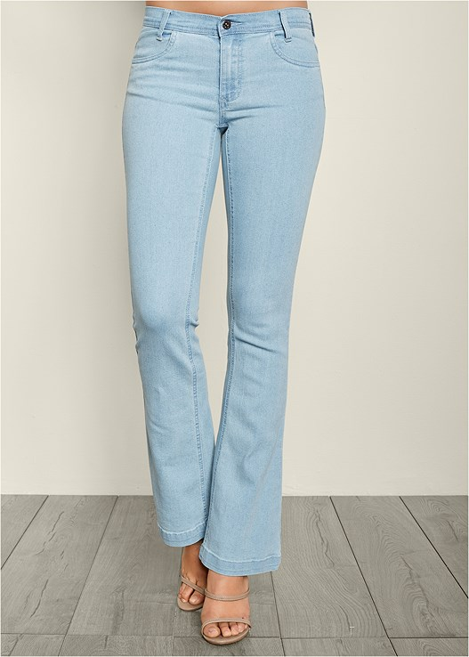 CASUAL BOOT CUT JEANS,RIBBED V-NECK TOP,HARDWARE DETAIL SANDAL
