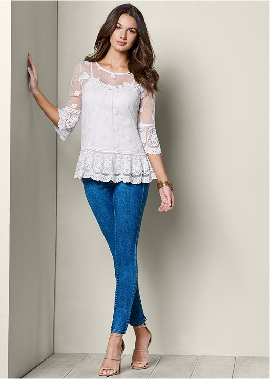 LACE TOP,COLOR SKINNY JEANS,HIGH HEEL STRAPPY SANDALS