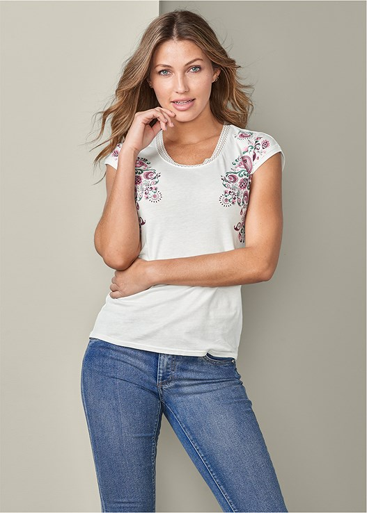 PAISLEY TEE,COLOR SKINNY JEANS,PERFORATED WEDGE SANDAL