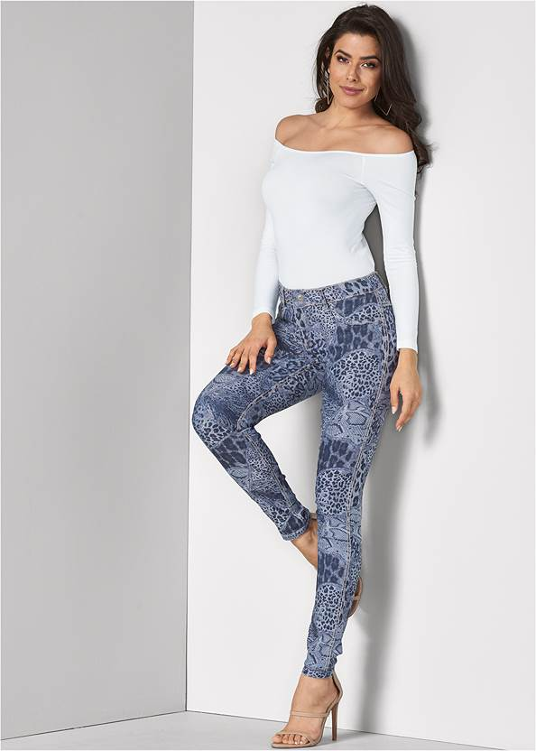 Reversible Jeans,Off-The-Shoulder Top,High Heel Strappy Sandals,Square Hoop Earrings