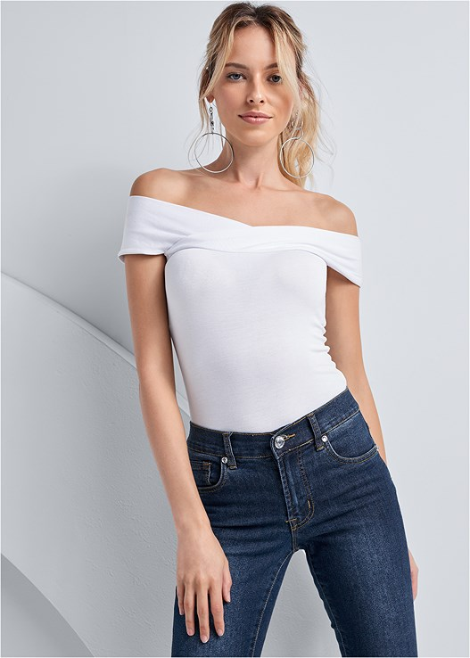 OFF THE SHOULDER BODYSUIT,COLOR SKINNY JEANS,HIGH HEEL STRAPPY SANDALS