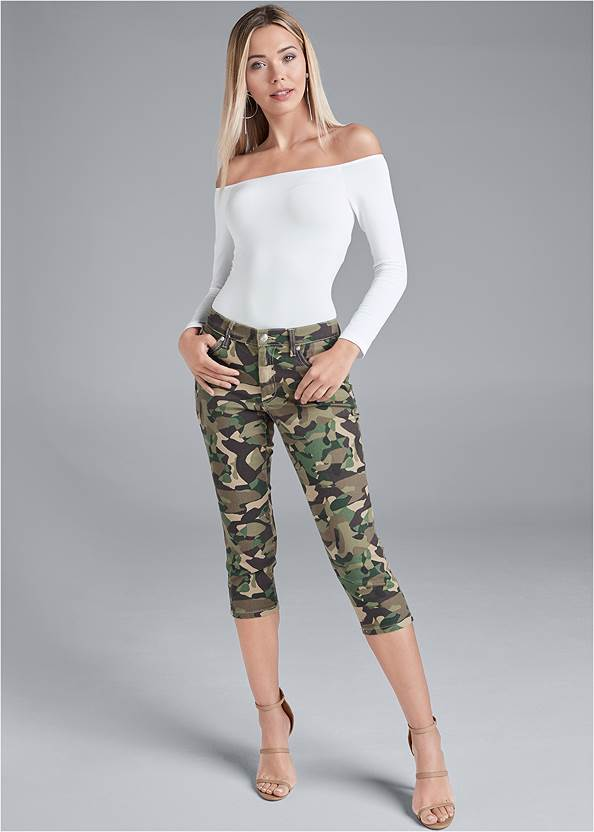 Color Capri Jeans,Off The Shoulder Top,High Heel Strappy Sandals,Beaded Drop Earrings,Animal Chain Crossbody Bag