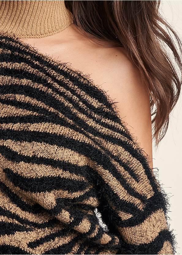 Detail front view Tiger Print Turtleneck
