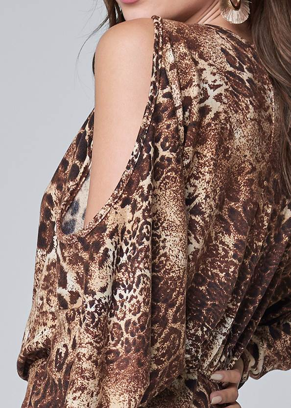 Detail back view Leopard Cold Shoulder Top