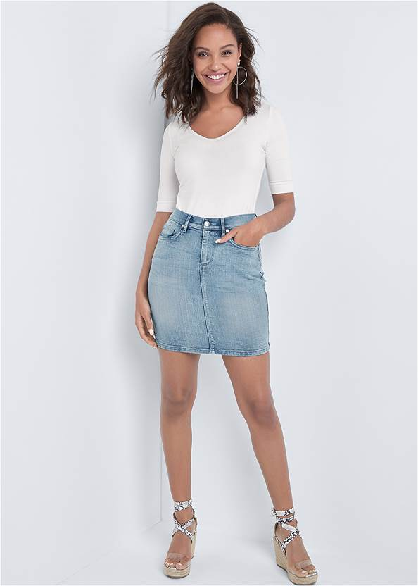 Color Mini Jean Skirt,Long And Lean V-Neck Tee,Feather Charm Thong Sandals,Hoop Detail Earrings,Natural Tassel Clutch